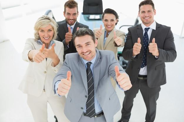 Ufna biznes drużyna gestykuluje aprobaty