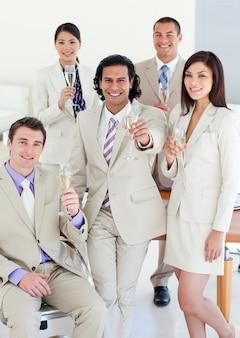 Ufna biznes drużyna świętuje sukces