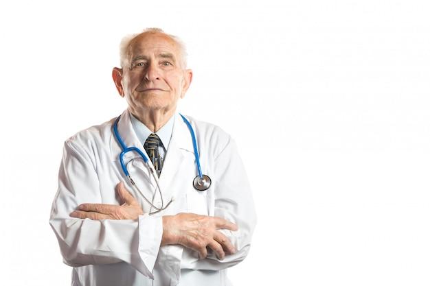 Ufna i przystojna senior lekarka, profesor z stetoskopu portretem odizolowywającym na bielu lub