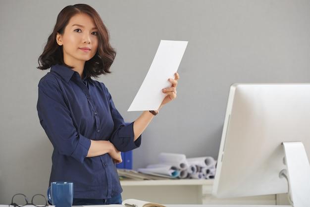 Ufna kobieta przy biurem
