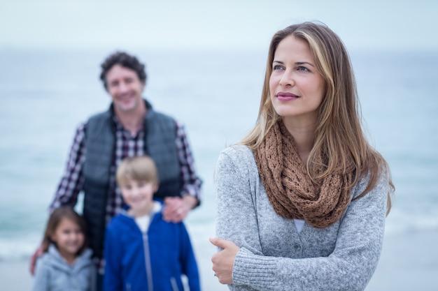 Ufna kobiety pozycja przeciw rodzinie przy plażą