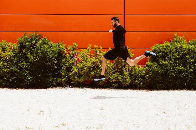 Ufna męska atleta robi skok w dal