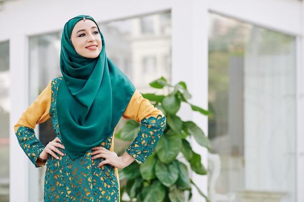 Ufna młoda muzułmańska kobieta