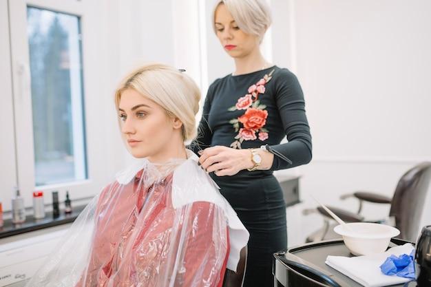 Ufna stylista przygotowywa dziewczyny dla barwienia
