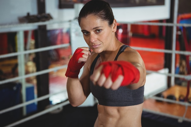 Ufna żeńska bokser wykonuje bokserską postawę