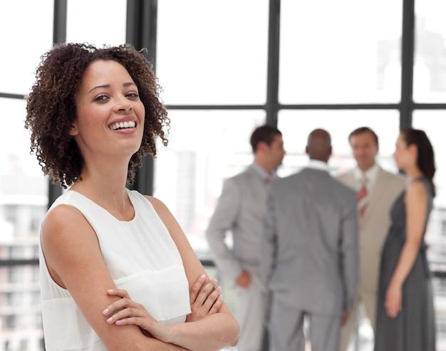 Ufne bizneswoman ręki składać z jego kolegami