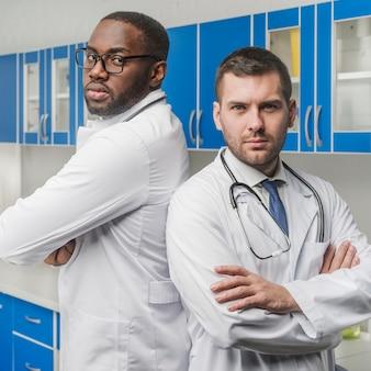 Ufni mężczyźni medyków z rękami skrzyżowanymi