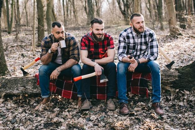 Ufni woodcutters pozuje na nazwa użytkownika drewnach