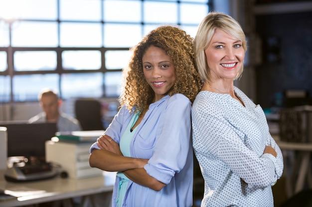 Ufni żeńscy koledzy stoi z powrotem popierać