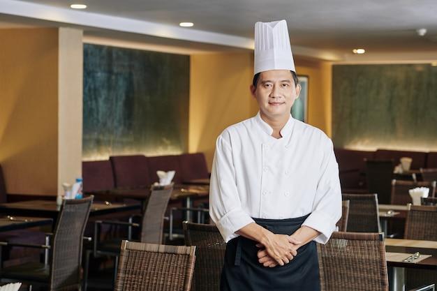 Ufny azjatycki szef kuchni w restauracji