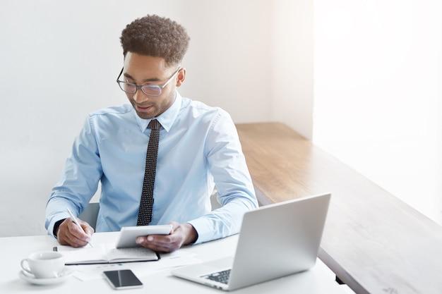 Ufny biznesmen pracuje na swoim laptopie