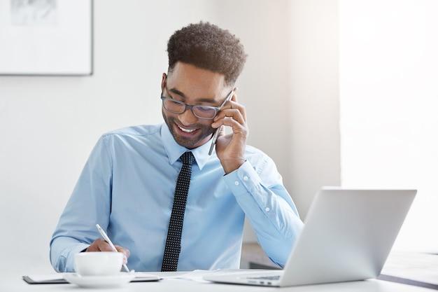 Ufny biznesmen pracuje przy biurku