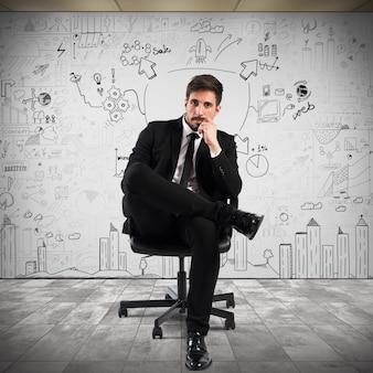 Ufny biznesmen z projektem biznesowym