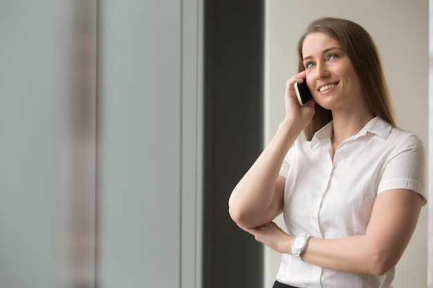 Ufny bizneswoman opowiada na telefonie komórkowym