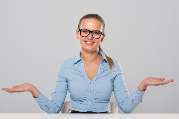 Ufny gest powitalny bizneswoman