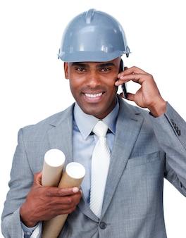 Ufny męski architekt na telefonie