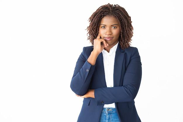 Ufny młody bizneswoman patrzeje kamerę