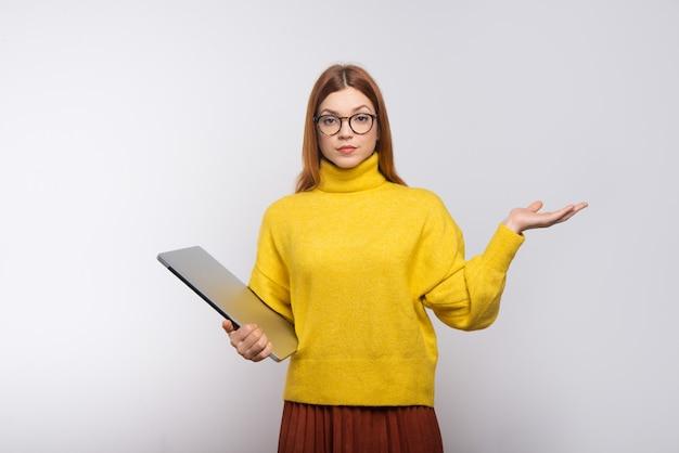 Ufny młody bizneswomanu mienia laptop