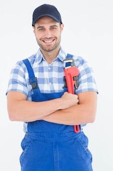 Ufny młody męski repairman trzyma nastawczego spanner