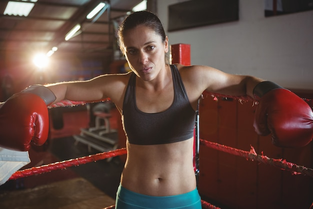 Ufny żeński bokser opiera na ring bokserski