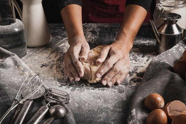 Ugniatanie składu ciasta na blacie piekarni