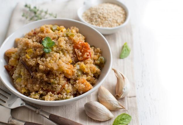 Ugotowana komosa ryżowa z warzywami i krewetkami w misce