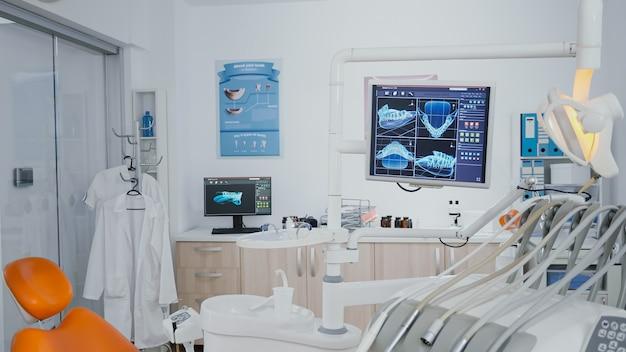 Ujawnianie strzału fotela ortodonty bez nikogo na zdjęciach rentgenowskich zębów na wyświetlaczu