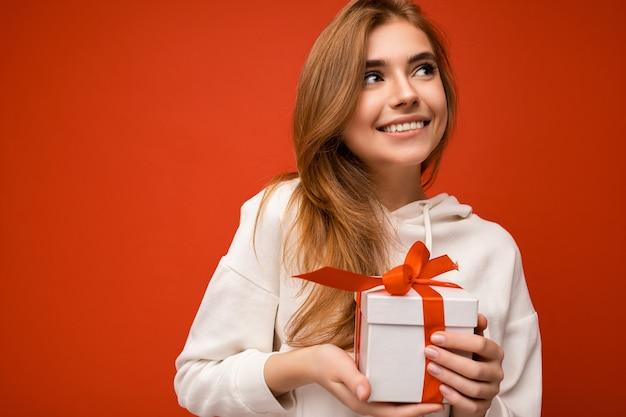 Ujęcie atrakcyjnej pozytywnej uśmiechniętej młodej kobiety blondynki