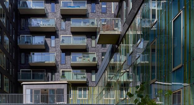 Ujęcie budynku mieszkalnego ze szklanymi balkonami w gershwinlaan zuidas, amsterdam