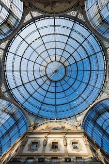 Ujęcie charakterystycznego arkady lub zadaszonego luksusowego centrum handlowego, galleria vittorio emanuele ii w mediolanie we włoszech