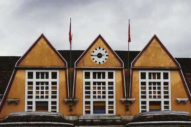 Ujęcie dachu dworca kolejowego z zegarami wskazującymi kwadrans trzecia