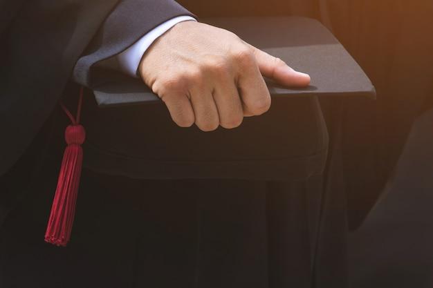 Ujęcie dyplomowych czapek absolwentów uczelni podczas rozpoczęcia sukcesów. uroczystość ukończenia studiów, gratulacje dla absolwentów uniwersytetu podczas rozpoczęcia.