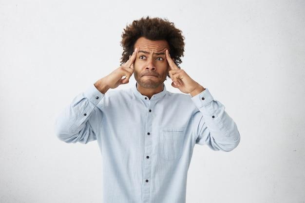 Ujęcie głowy zamyślonego atrakcyjnego mężczyzny rasy mieszanej ubranego w formalne ubrania