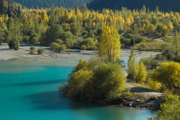 Ujęcie górskiego jeziora kazachstanu, miasta esik, jesień