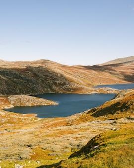 Ujęcie góry bonsnos w hjartdal, rzeka gausdalen z jeziorami, malownicza przyroda norwegii