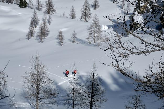 Ujęcie góry pokryte śniegiem, ludzie piesze wycieczki w col de la lombarde isola 2000 we francji