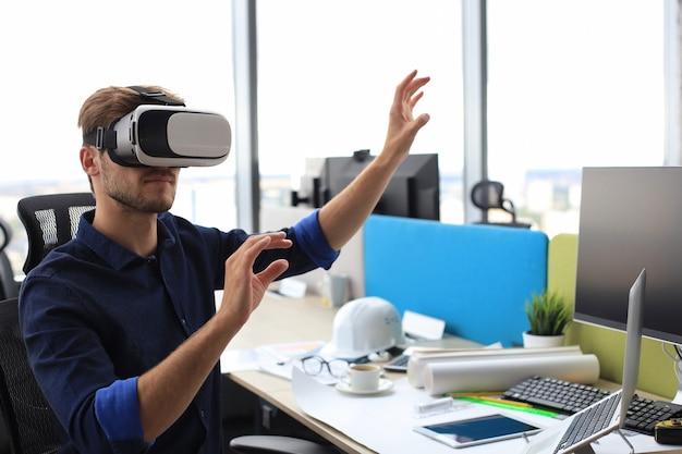 Ujęcie inżyniera noszącego gogle vr w nowym budynku. zmień sposób, w jaki widzisz i doświadczasz świata.