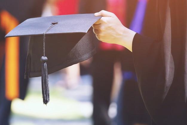 Ujęcie kapeluszy dyplomowych podczas rozpoczęcia sukcesów absolwentów uczelni