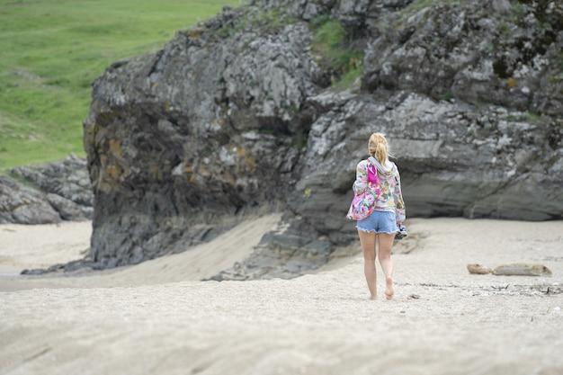 Ujęcie kobiety spacerującej po plaży
