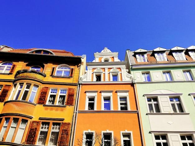 Ujęcie kolorowych budynków zestawionych razem w jeleniej górze