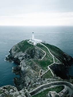 Ujęcie latarni morskiej na klifie w rspb south stack cliff, anglesey, walia