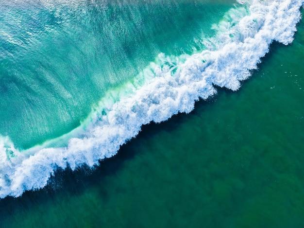 Ujęcie lotnicze falującego błękitnego morza z góry - idealne jako tło