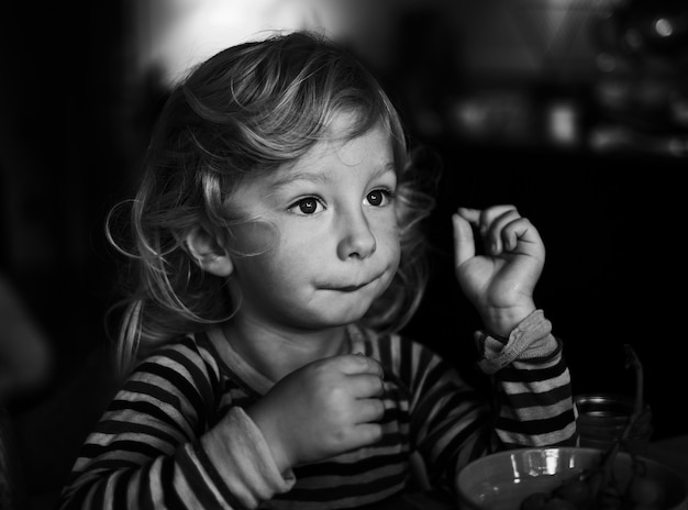 Ujęcie młodej dziewczyny w skali szarości