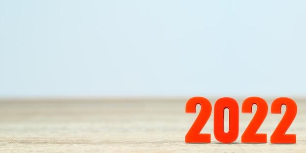 Ujęcie numeru 2022 wykonanego z czerwonego plastiku nowy rok na stole z miejscem na kopię