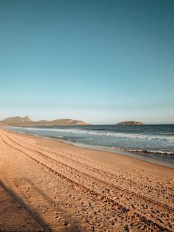 Ujęcie pagórkowatej plaży w pobliżu rio de janeiro w brazylii
