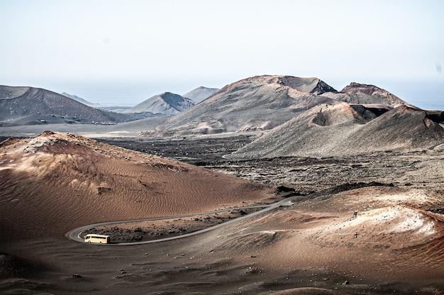 Ujęcie pięknego krajobrazu parku narodowego timanfaya na lanzarote w hiszpanii w świetle dziennym
