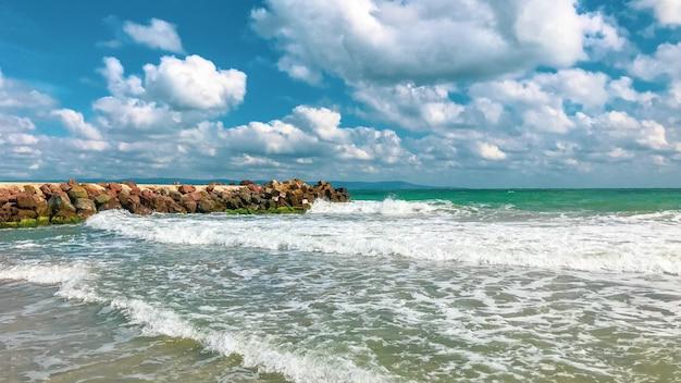 Ujęcie pięknej plaży i niesamowitego morza w pomorie w bułgarii