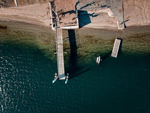 Ujęcie pod dużym kątem doku nad morzem