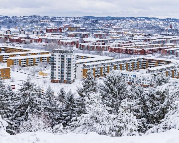 Ujęcie pod dużym kątem pięknej, pokrytej śniegiem dzielnicy mieszkalnej uchwyconej w szwecji