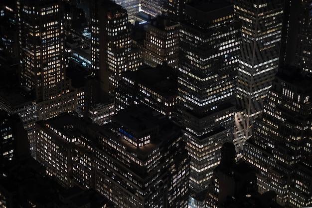 Ujęcie pod dużym kątem pięknych świateł na budynkach i wieżowcach uchwyconych nocą
